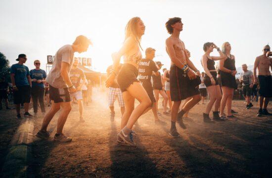 Menschen tanzen den Square Dance zur Country Musik
